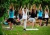 Claudinha Faria dando um aula de ioga